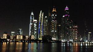 neon och natt i Dubai
