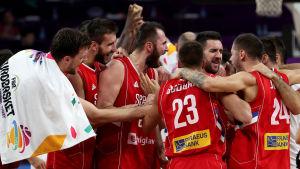 Serbien firar segern över Italien i EM-semifinalen.
