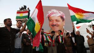Kurdiska demonstranter i Erbil bär på ett porträtt på president Massoud Barzani onsdagen 13.9.2017.
