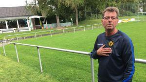 Roger är den lokala fotbollsklubbens vaktmästare.