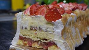 Beskärd glasstårta i Strömsö villans kök.