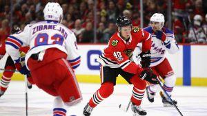Chicago-spelaren John Hayden utmanar motståndarna.