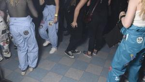 Dansande människor i bl.a. halare, bara benen syns
