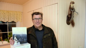 Kåre Pihlström poserar med sin nya bok.