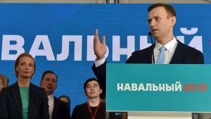 Aleksej Navalnyj håller tal inför sina anhängare på ett kampanjmöte i Moskva 24.12.2017.
