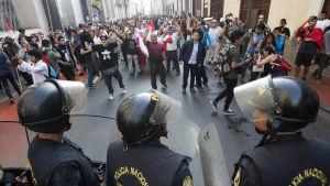 Kraballpolis och demonstranter i Lima 25.12.2017.