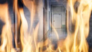 Eldslågor i en byggnad.