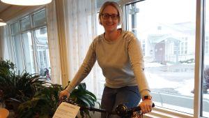 En kvinna sitter på en cykelriksha.