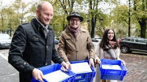 Företrädare för Blå framtid lämnar in de anhängarkort som krävs för att bli ett parti