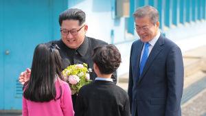 Sydkoreanska barn välkomnar Nordkoreas ledare Kim Jong-Un i Panmunjom.