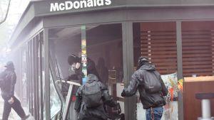 Maskerade demonstranter i en McDonalds-restaurang nära järnvägsstationen Paris-Austerlitz.