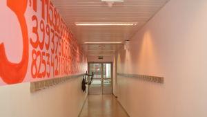 En korridor i Karjaan yhteiskoulu där man målat konst på väggarna.