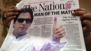 Den förra kricketstjärnan Imran Khans parti PTI ser ut att gå mot segern med stöd av armén