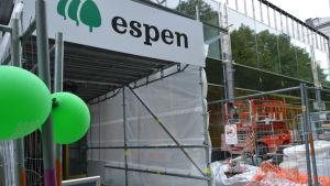 Skyltat med gröna ballonger utanför köpcentret Espen så att folk ska våga sig in.