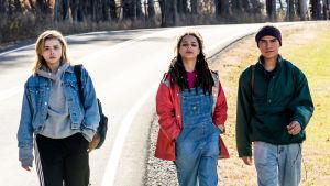 Filmens huvudrtio promonerar på landsvägen.