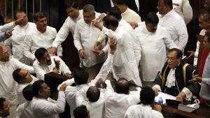 Tumult i parlamentet i Sri Lanka.