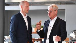 Toni Söderholm tillsammans med tyska hockeychefen Franz Reindl.