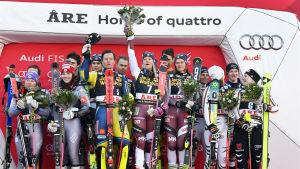 Det svenska laget firar segern efter nationstävlingen i samband med världscupsfinalerna i Åre i mars 2018.