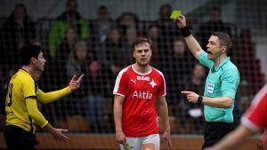 Mattias Gestranius delar ut en varning under matchen HIFK–Honka.
