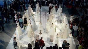 Bröllopsklänningar förevisas på en bröllopsmässa i Polen i januari.