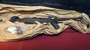 Stormgeväret och pistolen som Nemmouche använde visades upp i rättssalen