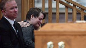 Lyra McKees partner Sara Canning sörjer på begravningen. En man syns vid hennes sida.