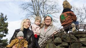 Catariina Salo och Karin Palmén ute i en park tillsammans med sina barn.