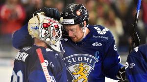 Kevin Lankinen och Marko Anttila kramar om varandra, EHT 2019.