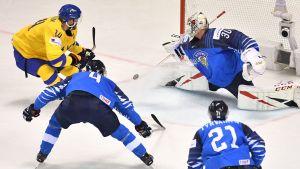 Kevin Lankinen gör en viktig parad mot Tre Kronor.