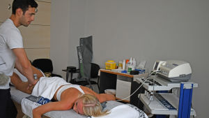 Annimari Korte hos fysioterapeuten.