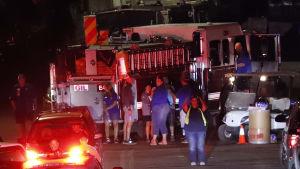 Nattbild av utryckningsfordon och räddningsmanskap efter massaker i Gilroy.