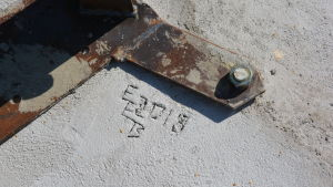 Gjuten betonggrund med signatur.