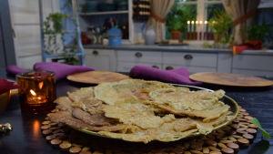 Injera lettuja lautasella keittiössä