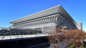 Den nya simstadion ligger några kilometer från OS-byn som finns i Tokyo Bay.