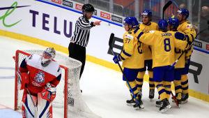 Svenska spelare jublar bakom tjeckiska målvakten Lukas Dostals kasse.
