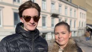 Felix Pesola och Emmy Savioja rör sig gärna ute i Vasa centrum också i coronatider.