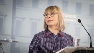 Sosiaali- ja terveysministeri Aino-Kaisa Pekonen valtioneuvoston tiedotustilaisuudessa 19. maaliskuuta.