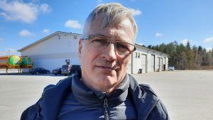 Jarl Sundqvist som är vd för Concordia står i solen på en parkeringsplats.
