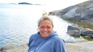 Kvinna på klipphäll