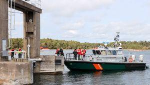 Evakuering pågår från båt till land.