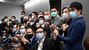 De prodemokratiska parlamentarikerna i Hongkong poserade för fotograferna under en presskonferens på onsdagen där de meddelade att de hoppar av.