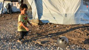 Ett barn som leker med en boll i Kara Tepe-lägret på Lesbos