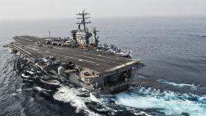 USS Nimitz utanför Oman på väg in i Persiska viken.