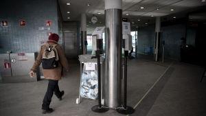 Käytettyjen maskien roskis metroasemalla.