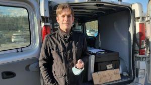 Johan Degerlund kommer med köttprodukter från Bondböle gård i Tenala.
