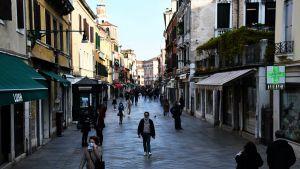 Populära turistmål som Venedig välkomnar utländska turister i sommar när Italien öppnar upp försiktigt.