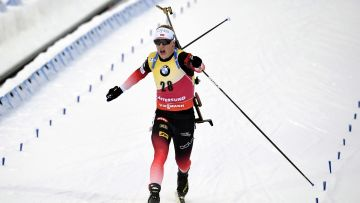 Skidskytten Johannes Bö korsar mållinjen.