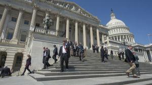 Människor går ner för kongressens trappor.