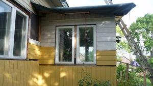 Nya fönster, ny brädfodring, men ännu återstår en del jobb.