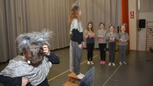 Klasserna 4-6 i Hangö centralskola visar musikalen Djungelboken.